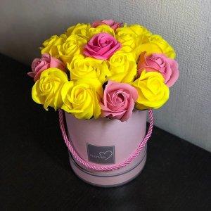 Композиция из мыльных роз желто-розовая