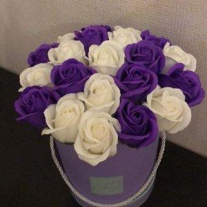 Композиция из мыльных роз бело-фиолетовая