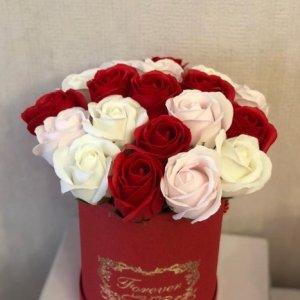 Композиция из мыльных роз (красно-белый)