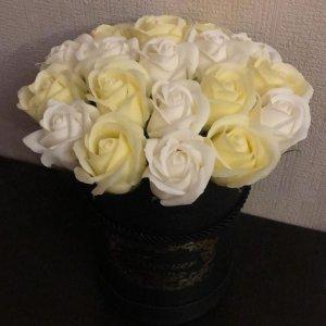 Композиция из мыльных роз (желто-белая)