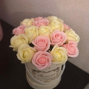 Композиция из мыльных роз кремово-розовая