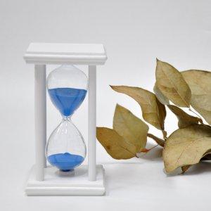 Песочные часы на подставке 60 минут бело-синие