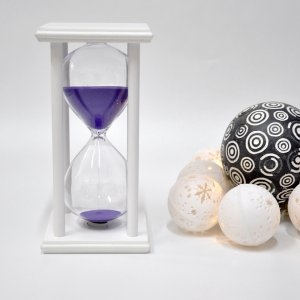 Песочные часы на подставке 15 минут бело-фиолетовые