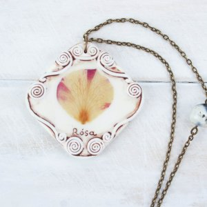 Романтичный кулон с настоящим лепестком розы.