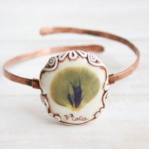 Медный браслет на руку с настоящим цветком фиалки вид 2