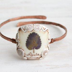 Медный браслет на руку с настоящим листом непеты.