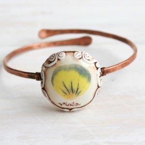 Медный браслет на руку с настоящим цветком фиалки. вид 1